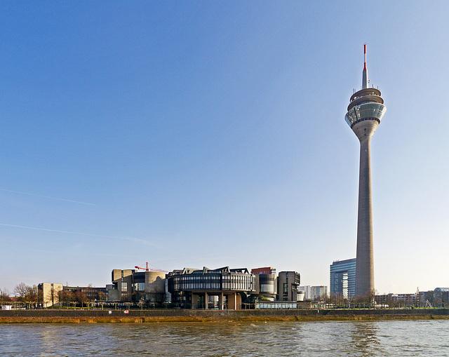 Landtag Nordreihn-Westfalen mit dem Rheinturm