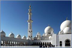 AbuDhabi : luci ed ombre del mattino sul piazzale della moskea