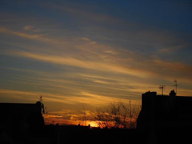 au beau ciel au lever du soleil