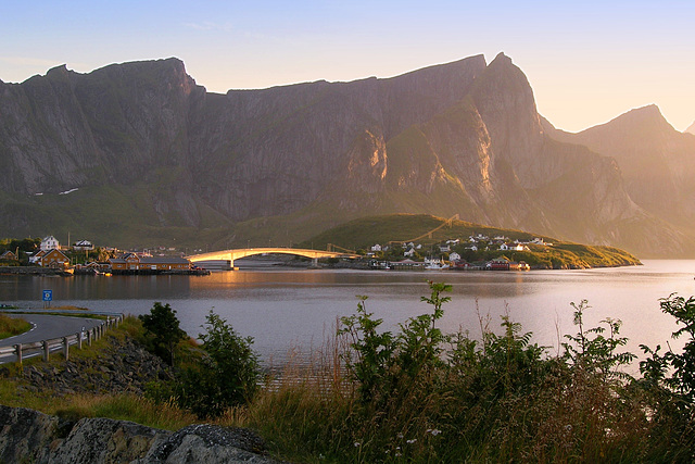 Kvalvika bay and the golden bridge connecting islands Sakrisøya and small Andøya