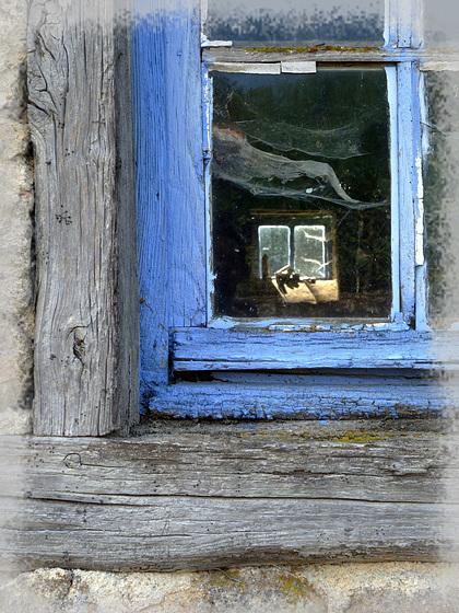 Par la fenêtre.