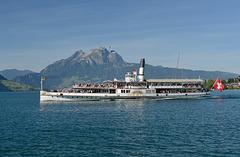 """Le bateau à vapeur """"Uri"""" quitte le port de Weggis..."""