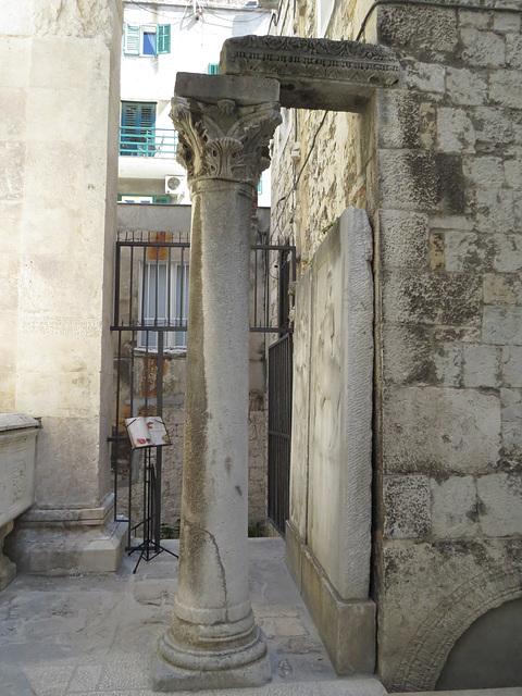 Temple de Jupiter : escalier sur le côté.