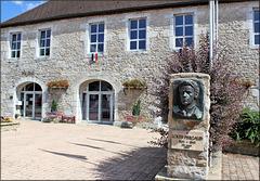 Vercel-Villedieu-le-Camp (25) 24 juillet 2013. L' hôtel de ville et le monument Louis Pergaud né tout près de là (écrivain auteur, entre autres, de la Guerre des Boutons).