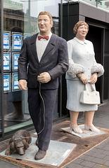 """Christel Lechner: """"Bankbesucherin – Frau mit Pelz"""" und """"Bankbesucher – Mann mit Hunden"""""""