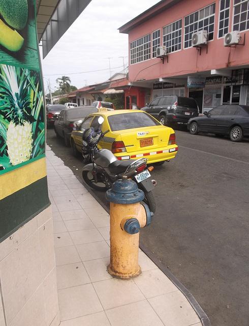 Hydrant, moto & taxi