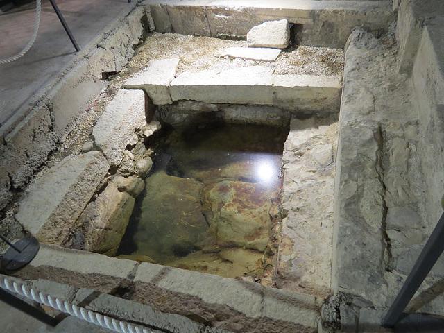 Sous-sols du palais de Dioclétien : puits ancien.