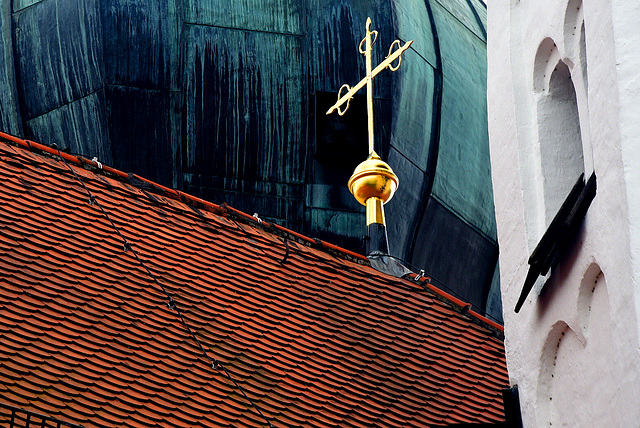 Kreuz zwischen Türmen