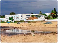 Hammamet : la scuola media della città si specchia nella pozza creata dal temporale