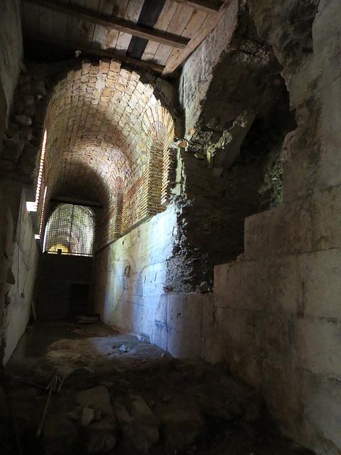 Sous-sols du palais de Dioclétien : galerie nord est (couloir 17e).