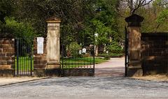 Friedhof - Tor halb offen