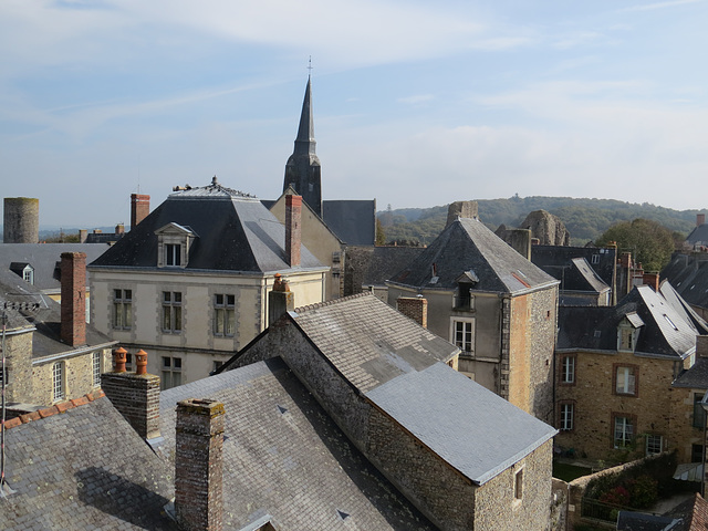 Vue sur Sainte-Suzanne depuis le rempart Nord.
