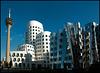 Hier geht's nicht mit rechtwinkligen Dingen zu - Architektur im Düsseldorfer Hafen