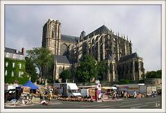 ** Jour de marché devant la cathédrale du Mans **