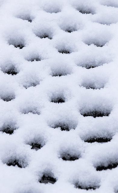 Garden table snow patterns
