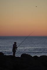 Pêcher au coucher de soleil.