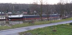 Das Schiff ( Tankschiff Spera ) ist 110 Meter lang und 11,5 Meter breit