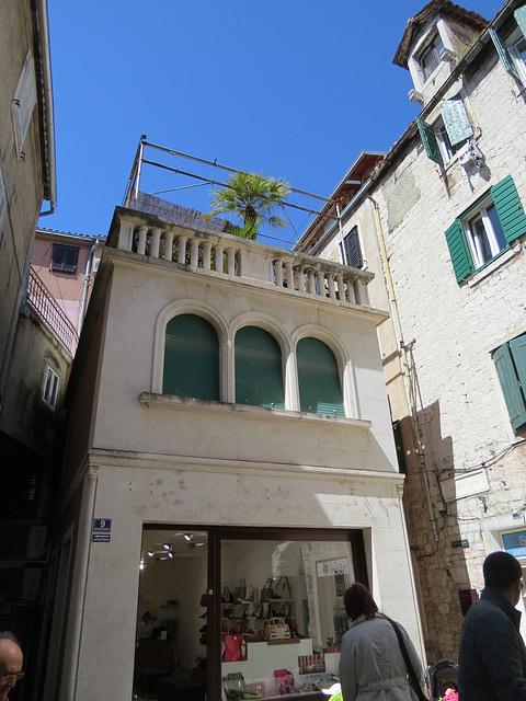 Split : petit bâtiment perdu au milieu du fouillis urbain.