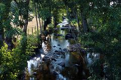 Une voie d'eau qui coule de source .
