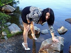 Vivienne....Escarpins blancs sur eau rocheuse