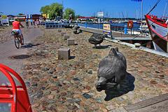 Barth, Hafenszene mit Holzskulpturen