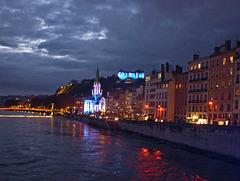 Lyon 5°. Bords de Saône. Le  quai Fulchiron à la tombée de la nuit. Voir sur fond noir (Z).