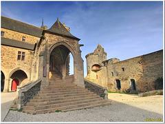 Dans la cour du château : l'escalier d'honneur de la mairie