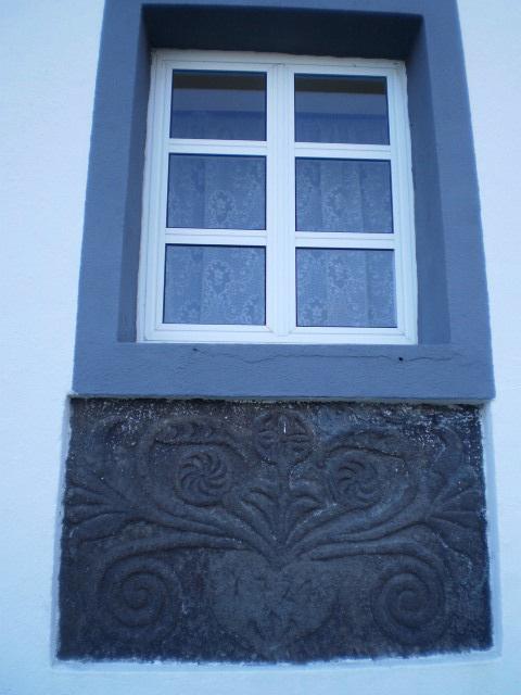 Window stone apron (1724).