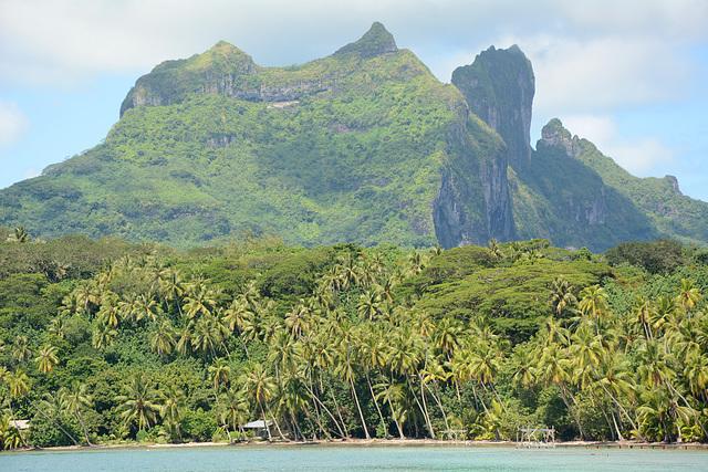 Polynésie Française, Bora Bora, Mt.Ohue (616m), Mt.Pahia (658m) and Mt.Otemanu (727 m)