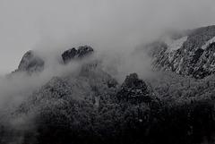 Felsen in Wolken