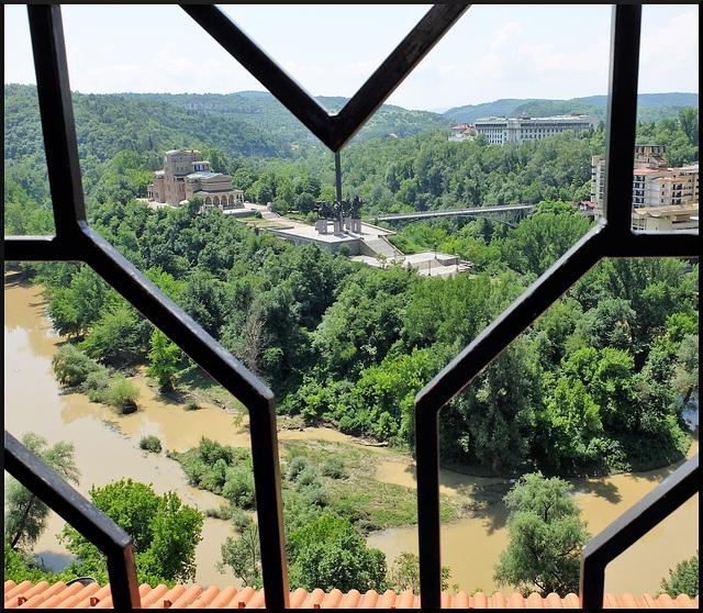 Blick durch den HFF in Veliko Tarnovo auf das Assens-Denkmal
