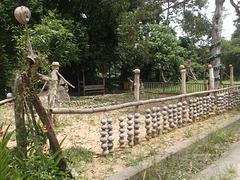 Clôture et épouvantail / Fence and scarecrow