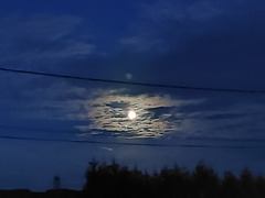 Pleine lune , entre deux fils .