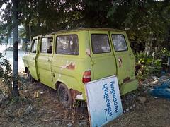 Une Ford jaune qui a fait son temps