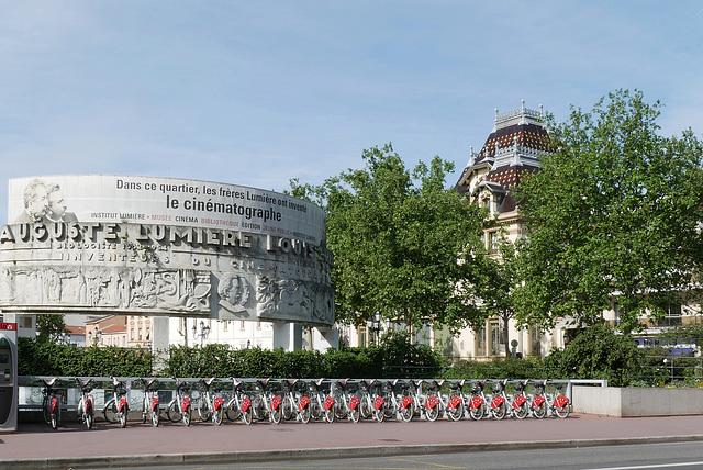 Monument dédié aux frères Lumière et leur maison (l'Institut Lumière)