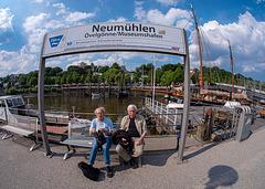 Neumühlen Fähranleger und zwei iperFreunde - HBM
