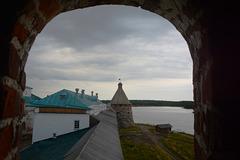 Спасо-Преображенский Соловецкий монастырь, Вид из амбразуры Белой (Южной) Башни на юго-восточную стену и Архангельскую Башню