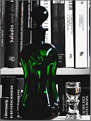 Drei Dinge: Flasche, Glas, und Bücher