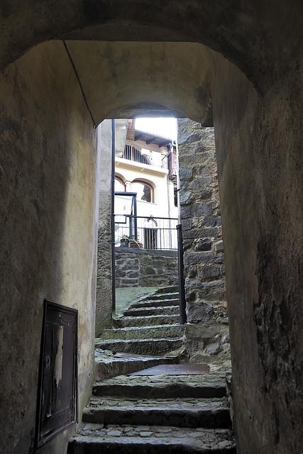 A road uphill narrow of Riabella