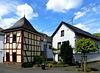 DE - Hönningen - Ensemble mit Brunnenhaus