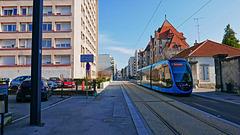 BESANCON: Avunue Fontaine Argent: Passage d'un tram