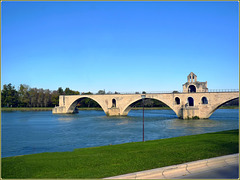 Avignon : il famoso ponte del XII sec. interrotto dalla alluvione del 1669, ora grande attrazione turistica -