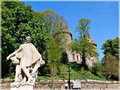 Combourg (35) : La statue de Chateaubriand devant le château avec PIP
