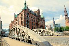 In der Speicherstadt:  Pickhuben-Brücke und SandThorQuaiHof