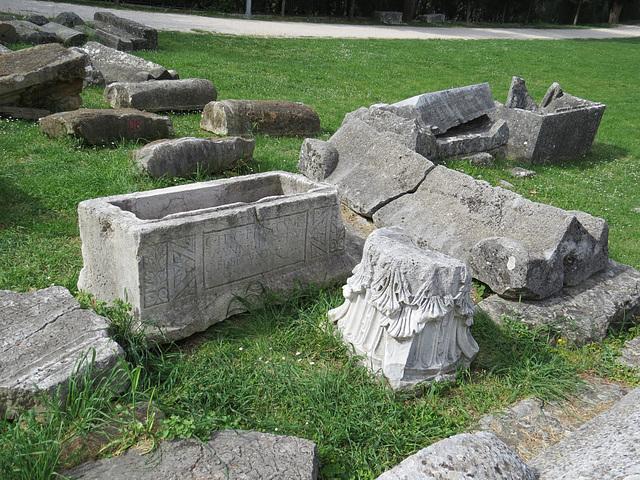 Manastirine : sarcophages.