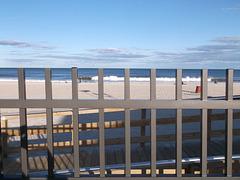 Through the beach fence / Ombres et clôture de plage