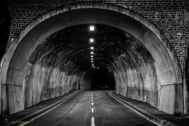 À travers le tunnel