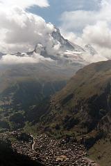 Hoch türmt er über Zermatt