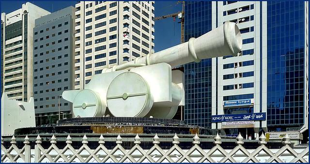 """AbuDhabi : """"al Ittihad"""" o piazza del cannone - il cannone simbolo di difesa e sicurezza"""