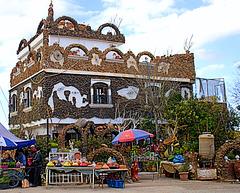 Maison traditionnelle et artisanale.